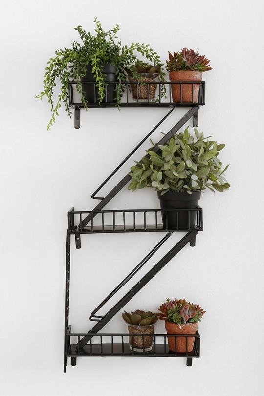 Etagère à pots de fleurs en forme d'escalier de secours
