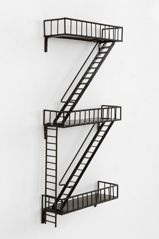 Etagère en métal noir en forme d'escalier de secours