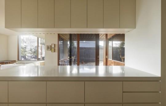 Maison contemporaine à Brighton en Australie - cuisine américaine blanche