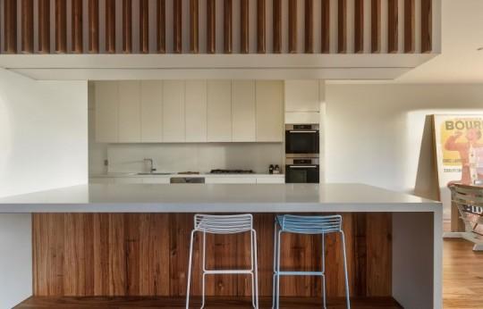 Maison contemporaine à Brighton en Australie - cuisine américaine blanche avec des morceaux de bois