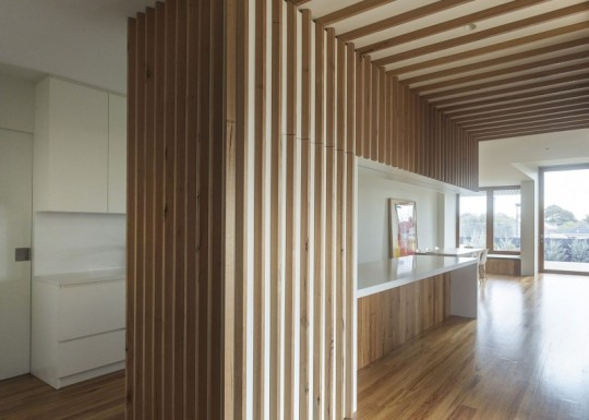 Maison contemporaine à Brighton en Australie - cuisine américaine blanche et bois