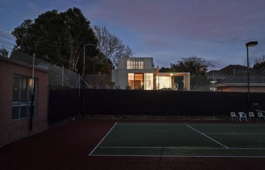 Maison contemporaine à Brighton en Australie - terrain de tennis