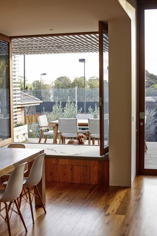 Maison contemporaine à Brighton en Australie - vue de la terrasse depuis la salle à manger