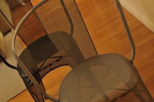 Chaises metalliques avec une grille perforee