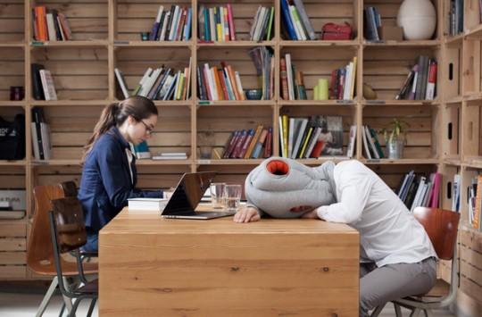 Coussin à enfiler pour faire dodo au bureau