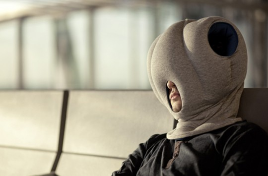 Coussin en tissu à enfiler sur la tête Ostrich Pillow