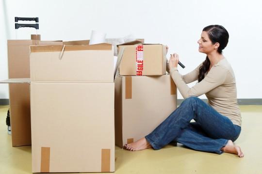 Jeune femme déménageant