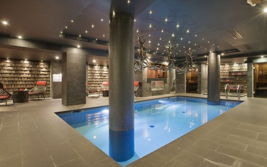 Hotel Avenue Lodge Val d'Isere - Piscine intérieure contemporaine