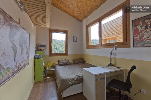 maison du 19 me si cle chambre d 39 enfant avec plafond en sous pente. Black Bedroom Furniture Sets. Home Design Ideas