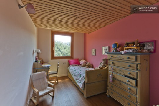 Maison du 19ème siècle - chambre d'enfant avec un mur rose