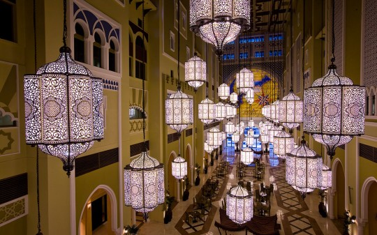 Hötel Mövenpick Ibn Battuta Gate - Dubai - Galerie de luminaires suspendus