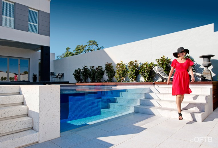 piscine transparente out from the blue. Black Bedroom Furniture Sets. Home Design Ideas