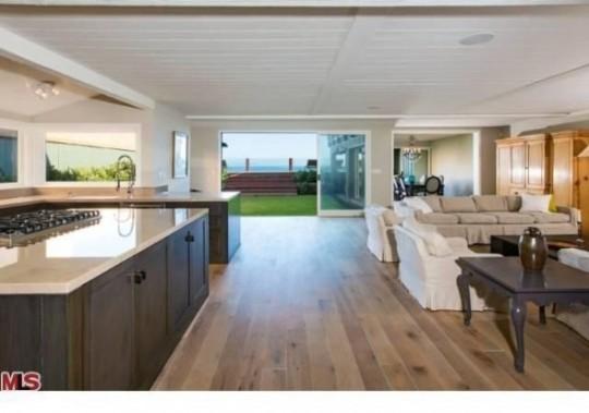 Propriété de Leonardo DiCaprio à Malibu - salon avec cuisine américaine