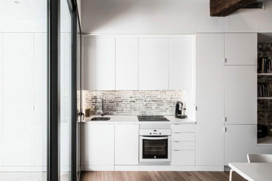 Appartement rénové El Carmen à Valence en Espagne - cuisine contemporaine blanche