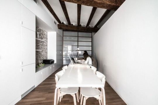 Appartement rénové El Carmen à Valence en Espagne - table de réunion