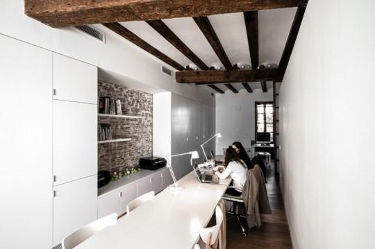 Appartement rénové El Carmen à Valence en Espagne - table tout en longueur