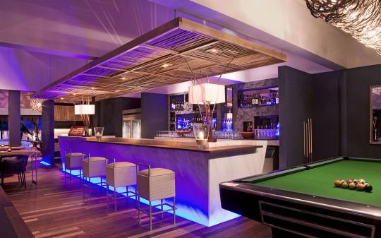 Hotel Vivanta by Taj Coral Reef aux Maldives - bar lounge