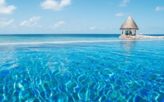 Hotel Vivanta by Taj Coral Reef aux Maldives - mer turquoise