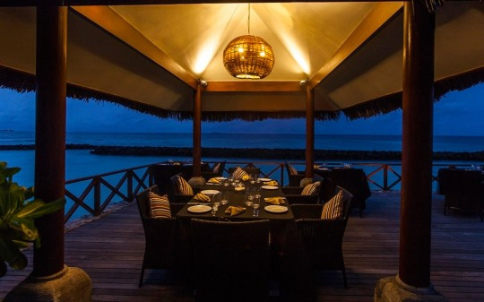 Hotel Vivanta by Taj Coral Reef aux Maldives - terrasse en bord de mer