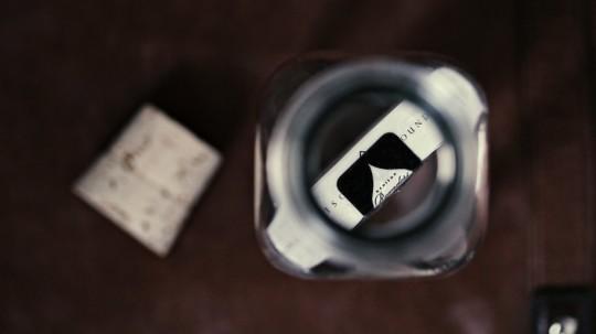 Jeu de cartes dans une bouteille - vue du goulot