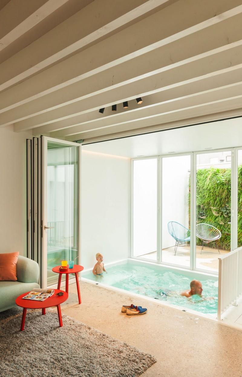 maison de ville contemporaine mini piscine int rieure. Black Bedroom Furniture Sets. Home Design Ideas