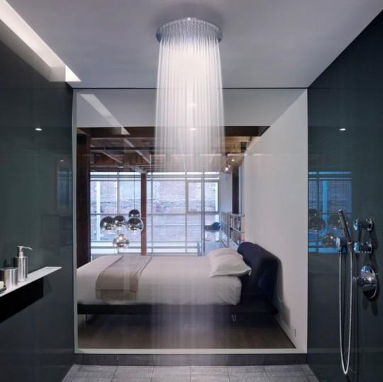 Douche effet pluie Hansgrohe Raindance avec paroi vitrée sur la chambre