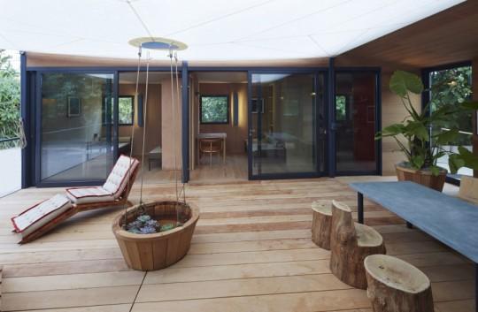La Maison au bord de l'eau by Charlotte Perriand & Louis Vuitton Patio en bois naturel
