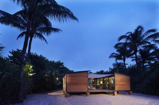La Maison au bord de l'eau by Charlotte Perriand & Louis Vuitton photo de nuit