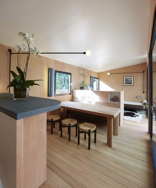La Maison au bord de l'eau by Charlotte Perriand & Louis Vuitton salle à manger intérieure