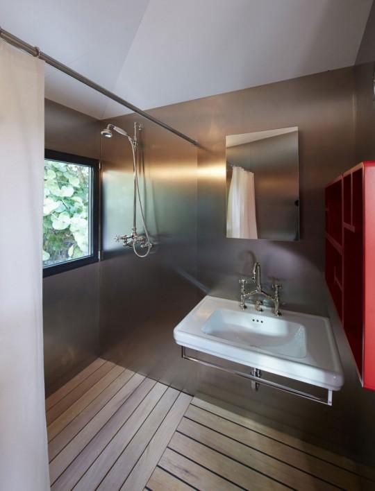 La Maison au bord de l'eau by Charlotte Perriand & Louis Vuitton salle de douche