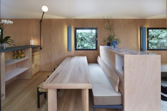 La Maison au bord de l'eau by Charlotte Perriand & Louis Vuitton table avec un banc