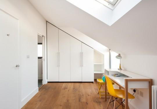 Maison contemporaine - Rangement et bureau aménagés sous les combles