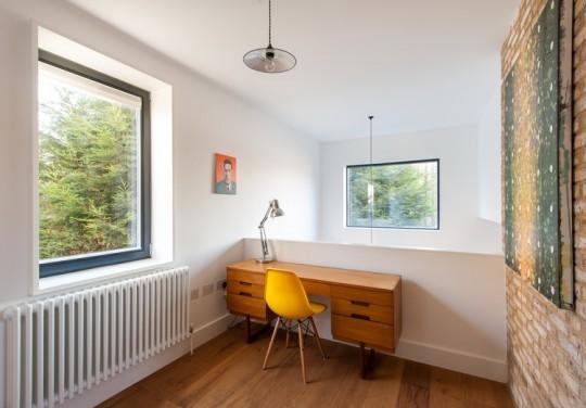 Maison contemporaine - bureau rétro en bois avec une chaise jaune