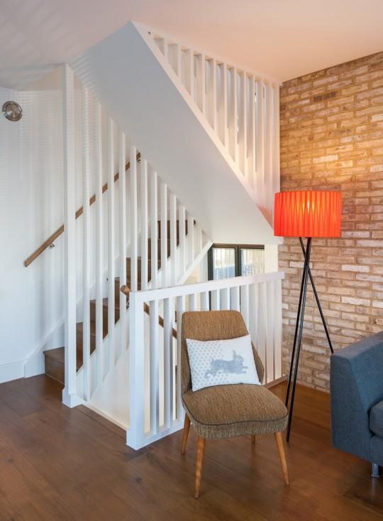 Maison contemporaine - escaliers en bois blanc