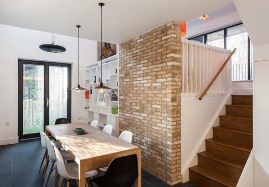 Maison contemporaine - salle à manger avec un mur en briques