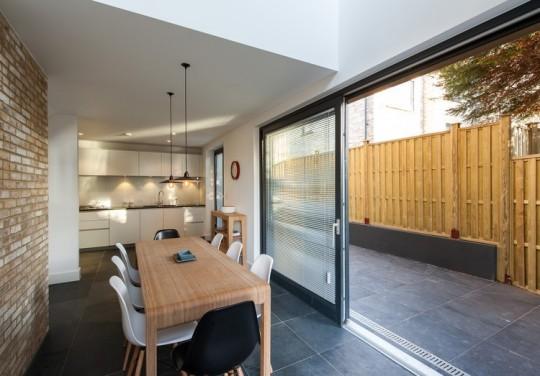 Maison contemporaine - salle à manger avec une baie vitrée qui ouvre sur la cour intérieure