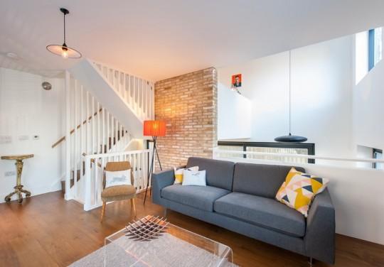 Maison contemporaine - salon avec mur en briques