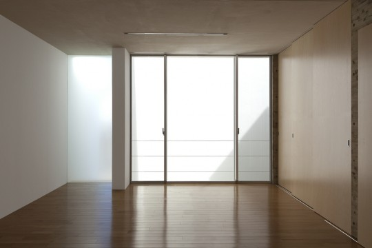 Maison sans fenêtres - pièce sans stores