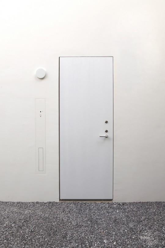 Maison sans fenêtres - porte d'entrée