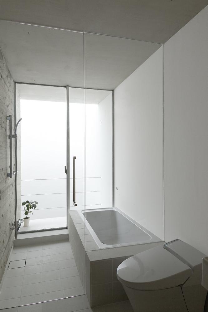 maison sans fen tres salle de bain. Black Bedroom Furniture Sets. Home Design Ideas