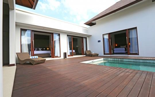 Uppala Villa Umalas à Bali en Indonésie - piscine et transats