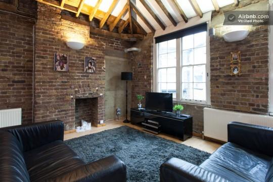 Appartement esprit loft - Salon avec des murs en briques