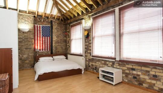 Appartement esprit loft - chambre avec drapeau américain