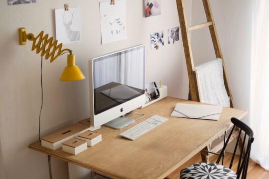 Bureau vintage en bois avec une lampe jaune et un iMac