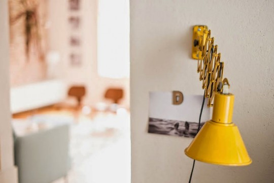 Lampe jaune fixée au mur avec bras extensible