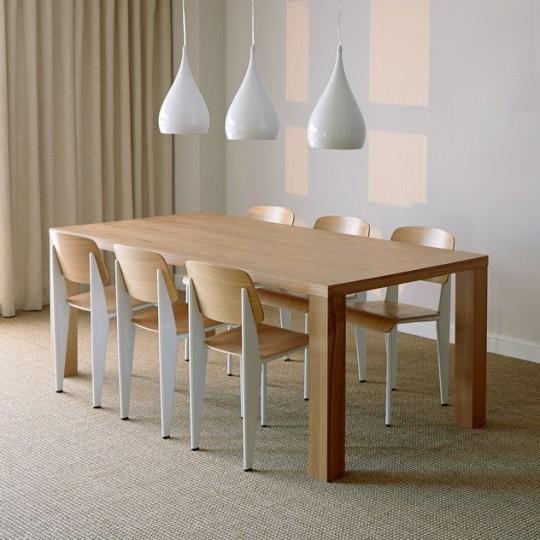 3 suspensions goutte d'eau blanche au-dessus d'une table en chêne rectangulaire