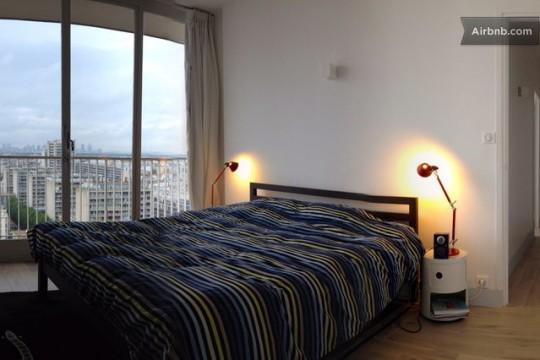 Chambre avec les 2 tables de chevets et des lampes articulées rouges