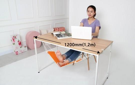 Hamac pour pieds Fuut installé sur un bureau