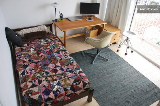 Méridienne et bureau en bois avec un fauteuil DAW blanc cassé