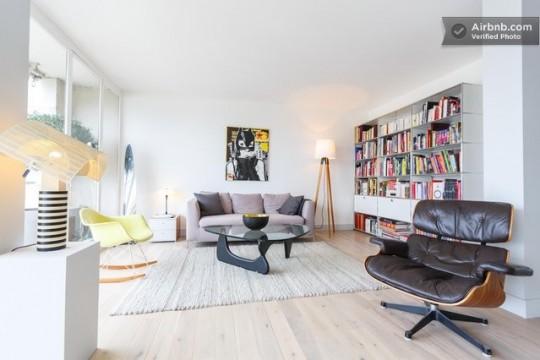 Salon avec une déco vintage et un fauteuil Eames